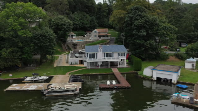 vídeos de stock e filmes b-roll de aerial drone tracking shot of house on lake hopatcong new jersey - aerial or drone pov or scenics or nature or cityscape