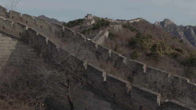 vídeos de stock e filmes b-roll de aerial drone tracking shot of the great wall of china and mountains in beijing china - aerial or drone pov or scenics or nature or cityscape