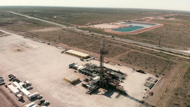 vídeos y material grabado en eventos de stock de clip de video de drones aéreos de una plataforma petrolífera, fracking, drill rig, en el oeste de texas - edificio industrial