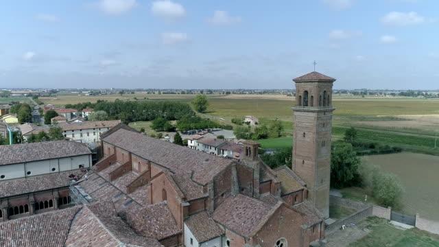 vídeos de stock, filmes e b-roll de vídeo de drone aérea de uma antiga catedral românica na itália - facade
