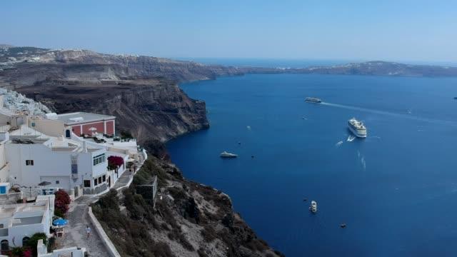 luftbild-drohne video der vulkaninsel santorini an einem sommertag, griechenland - unbemanntes luftfahrzeug stock-videos und b-roll-filmmaterial