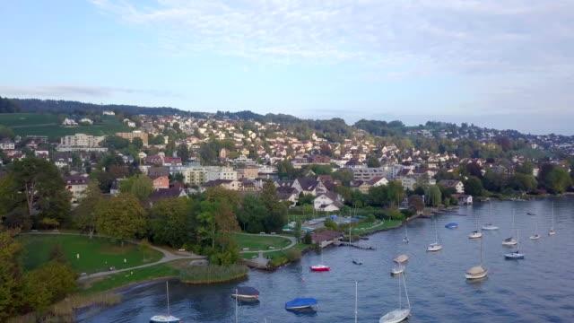 aerial drone video über zürich see in der schweiz - seeufer stock-videos und b-roll-filmmaterial