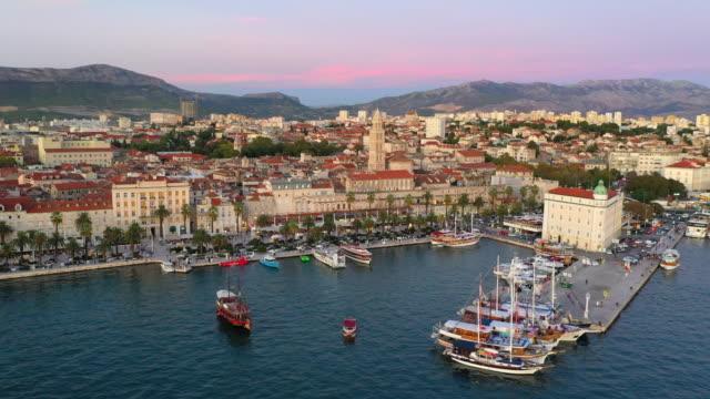 vidéos et rushes de tour de cloche de vue de drone aérien de cathédrale de saint duje et vieille ville de split sur la côte adriatique, split, croatie - lieu de culte