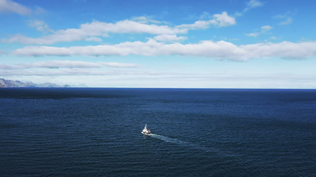 vidéos et rushes de vue aérienne de drone : bateau de pêche aux îles de lofoten en norvège - bateau de pêche