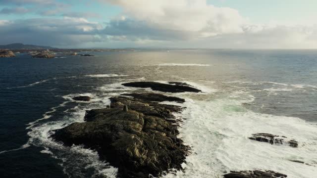 vídeos de stock, filmes e b-roll de vista aérea de drones: voando sobre costas de bergen, no mar do norte - rocha