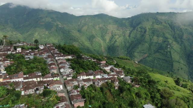 コロンビアの小さな都市の上空を飛行する空中ドローンビュー - colombia点の映像素材/bロール