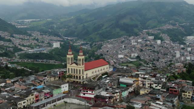 vídeos y material grabado en eventos de stock de vista aérea de drones sobrevolando una pequeña ciudad en colombia - cadena de montañas