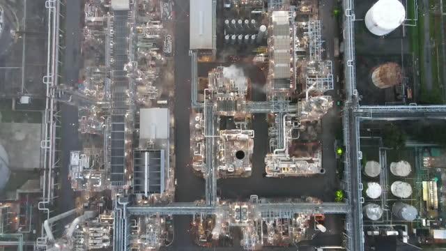 vídeos de stock, filmes e b-roll de vista aérea de drones grupo de tanque de armazenamento de petróleo na ásia, planta petroquímica e tanque de armazenamento em grande indústria na tailândia sudeste aisa - indústria petrolífera