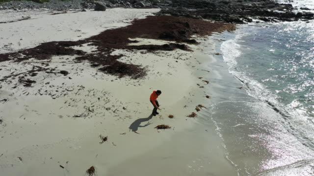 vídeos y material grabado en eventos de stock de vista aérea de drones: hombre en las islas lofoten en noruega - panorámica