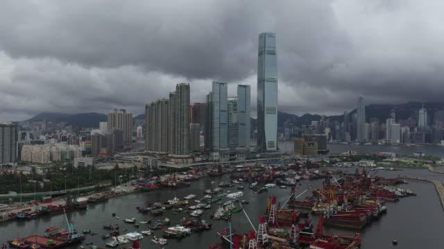 ビクトリアハーバーと香港アイランドスカイライン、香港の空中ドローンビュームービー - セントラルプラザ点の映像素材/bロール