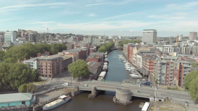 aerial drone view of a bridge over the river avon in bristol city centre, united kingdom. - bristol inghilterra video stock e b–roll