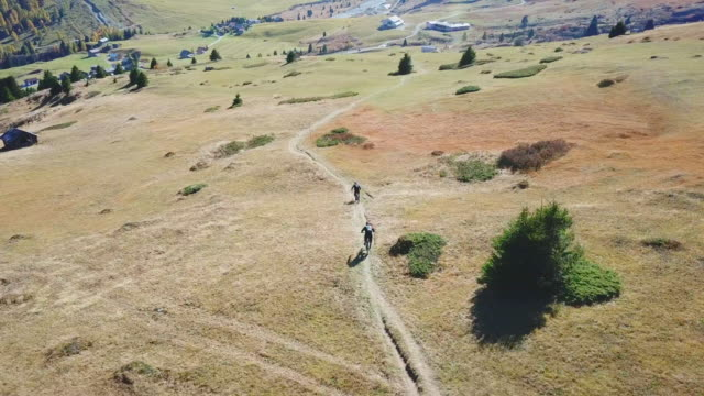 vidéos et rushes de aerial drone view of a mountain biker on a singletrack trail. - route à une voie
