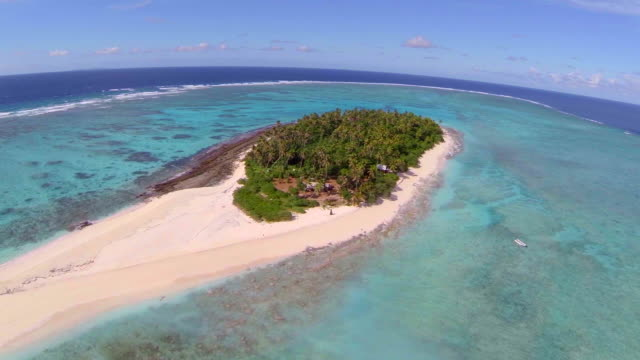 vídeos de stock, filmes e b-roll de aerial drone view of a scenic tropical island in fiji. - atol