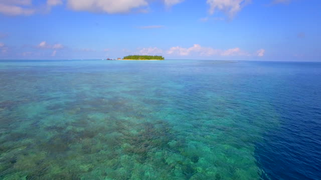vídeos de stock e filmes b-roll de aerial drone view of a scenic tropical island in the maldives. - ilha
