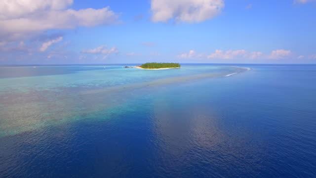 vidéos et rushes de aerial drone view of a scenic tropical island in the maldives. - partie d'une série