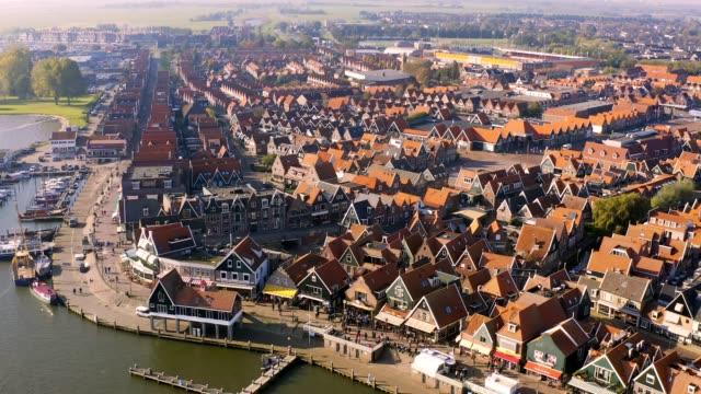 オランダ・北オランダのウォーターランド市町村の空中ドローン写真 - 運河点の映像素材/bロール