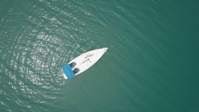 Luftbild-Drohne Blick einer Frau schweben und Schwimmen am Bacalar Lagune, Mexiko.