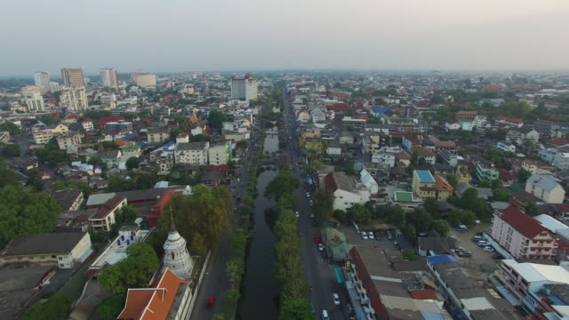 aerial drone view of around the moat and city walls of chiang mai, thailand. - 堀点の映像素材/bロール