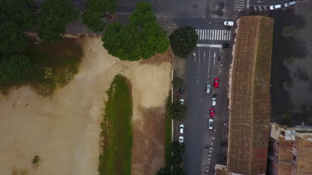 aerial drone view of cars traffic streets roads in rome, italy. - ambientazione video stock e b–roll