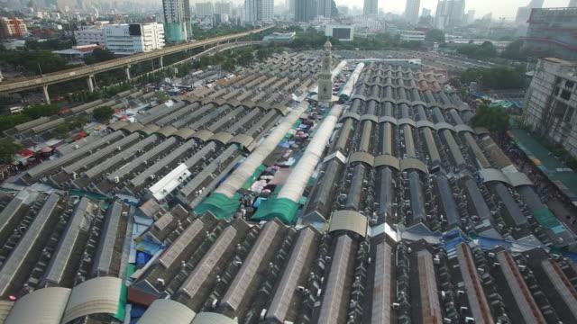 vídeos y material grabado en eventos de stock de aerial drone view of chatuchak weekend market in bangkok thailand - tren elevado