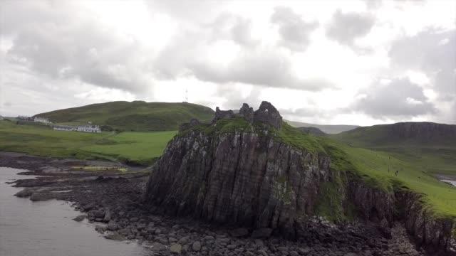 vidéos et rushes de aerial drone view of dunnotar castle in a cloudy day - îles hébrides