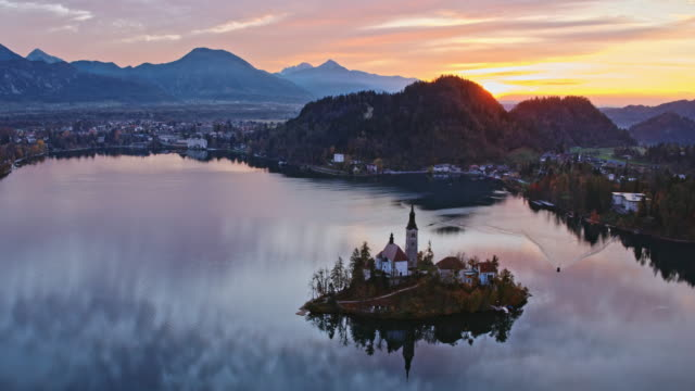 vídeos de stock e filmes b-roll de aerial drone view of famous lake bled at sunrise, slovenia - eslovénia