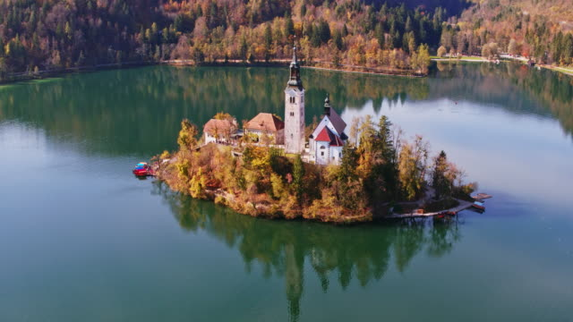 vídeos de stock e filmes b-roll de aerial drone view of famous lake bled in autumn, slovenia - eslovénia