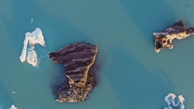 vidéos et rushes de aerial drone view of icebergs, jokulsarlon, iceland - 30 secondes et plus