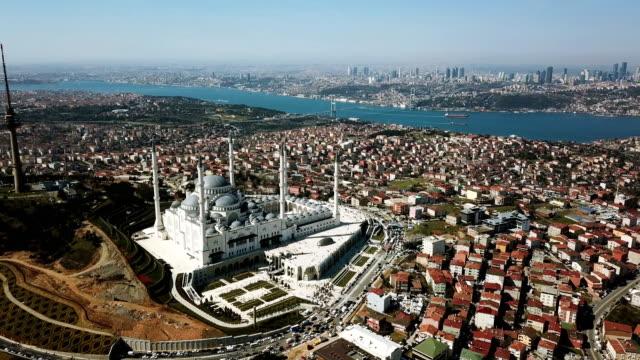 イスタンブールチャムルジャのモスクとボスポラス海峡の空中ドローンビュー。ヨーロッパ最大のモスク - 最大点の映像素材/bロール