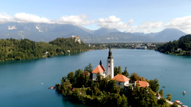 vídeos de stock e filmes b-roll de aerial drone view of lake bled and bled castle, slovenia - eslovénia