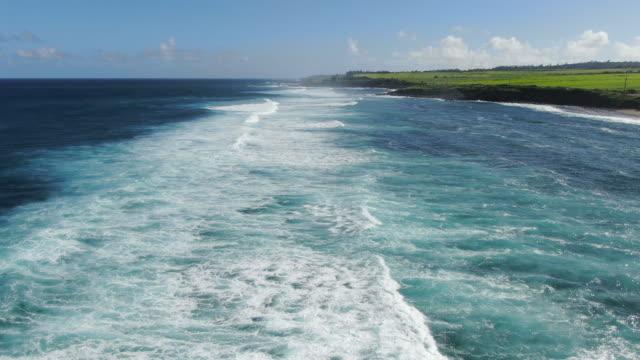vídeos y material grabado en eventos de stock de vista aérea drone de olas del océano rompiendo - isla grande de hawái islas de hawái