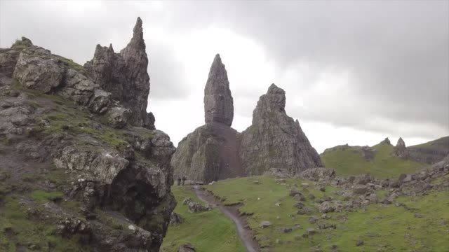 aerial drone view of old man of storr in a cloudy day - scottish culture bildbanksvideor och videomaterial från bakom kulisserna