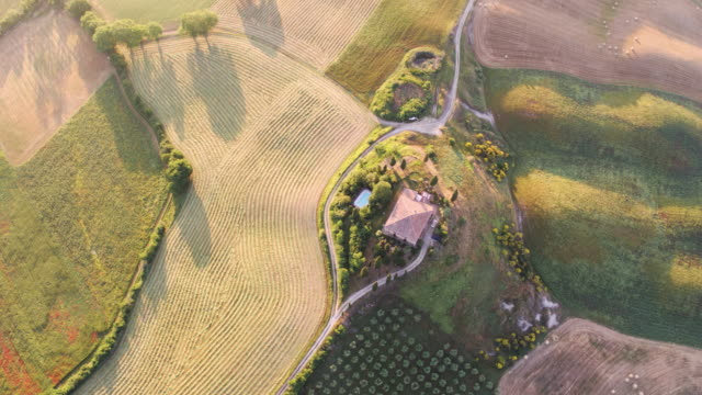 aerial drone view of rolling hills and farmhouse, tuscany, italy - masseria video stock e b–roll