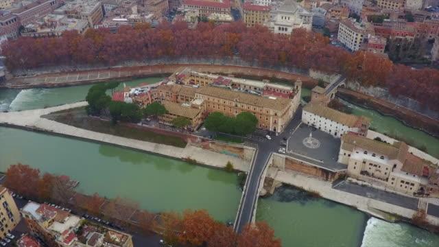 aerial drone view of rome, italy, and isola tiberina island on the river tiber. - テベレ川点の映像素材/bロール