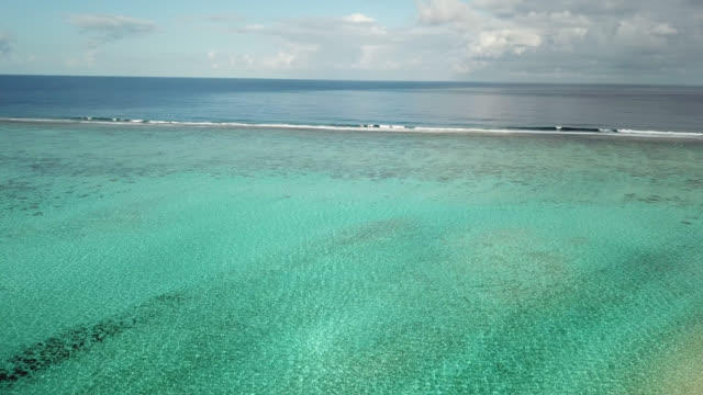 aerial drone view of scenic  sea in french polynesia - フランス領ポリネシア点の映像素材/bロール