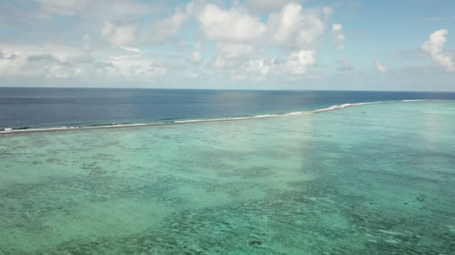 vídeos de stock, filmes e b-roll de aerial drone view of scenic tropical islands and barrier reef in french polynesia. - oceano pacífico do sul