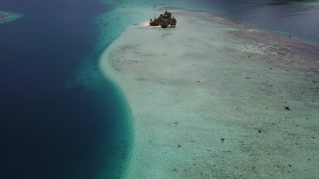 vídeos de stock e filmes b-roll de aerial drone view of scenic tropical islands and sea in french polynesia. - ilha huahine