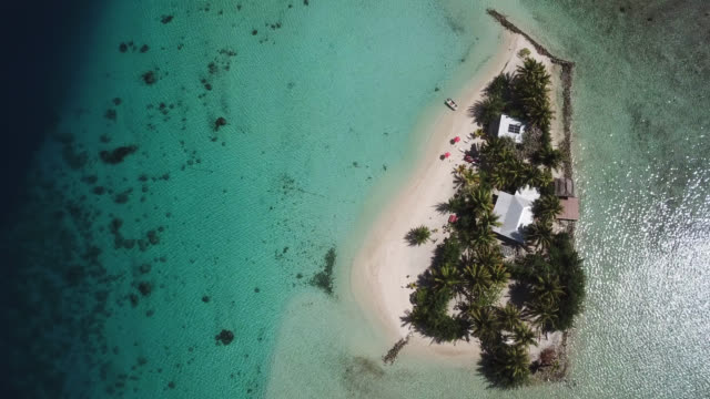 vídeos de stock, filmes e b-roll de aerial drone view of scenic tropical islands and sea in french polynesia. - atol