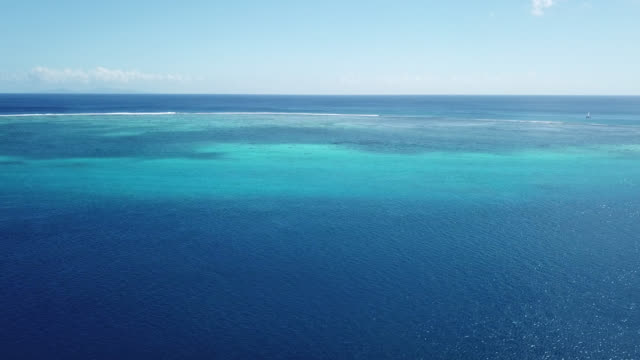 vídeos de stock, filmes e b-roll de aerial drone view of scenic tropical islands and sea in french polynesia. - oceano pacífico do sul