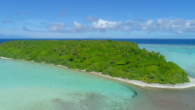 aerial drone view of scenic tropical islands in french polynesia. - south pacific ocean点の映像素材/bロール