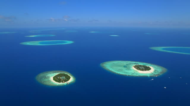 vídeos de stock e filmes b-roll de aerial drone view of scenic tropical islands in the maldives. - ilha