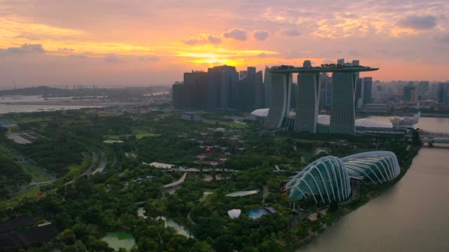 luft-drohnenansicht der skyline von singapur in der untergangsszene - bay of water stock-videos und b-roll-filmmaterial