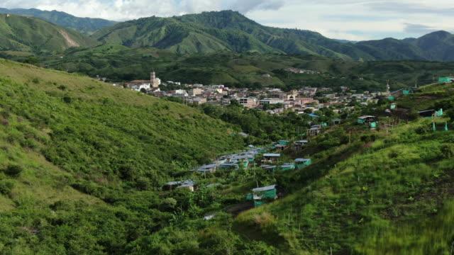 vídeos de stock, filmes e b-roll de opinião aérea do zangão da vila pequena no campo de colômbia - américa do sul