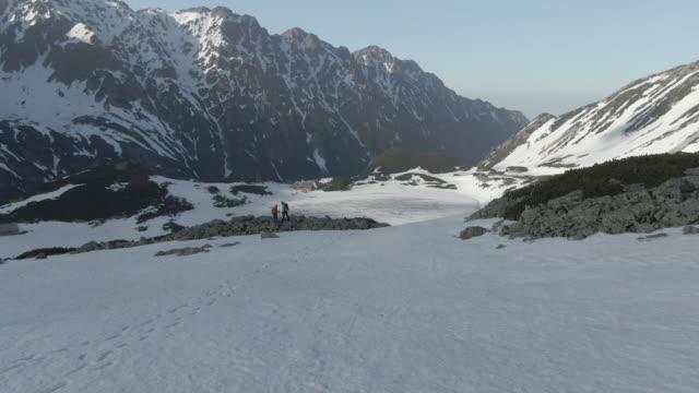 雪山の空中ドローンビュー - snowcapped mountain点の映像素材/bロール