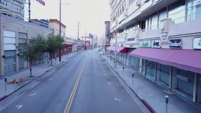 vídeos de stock e filmes b-roll de aerial drone view of streets in downtown los angeles, california. - time-lapse - reclusão