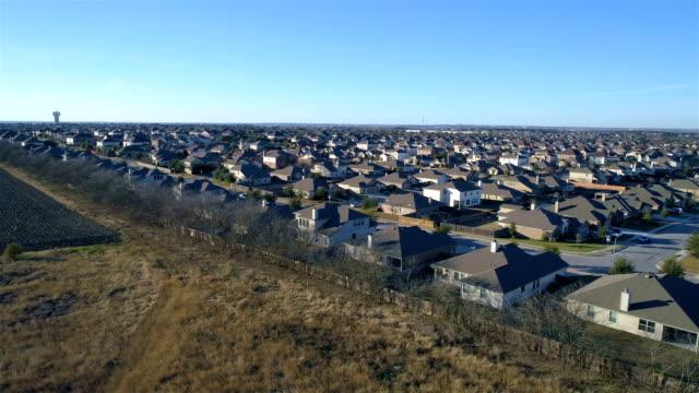 Luftbild Drohne Vorort Nachbarschaft mit perfekten Boxen der Häuschen in perfekte Reihen niedrigen Winkel mit langen Perspektive