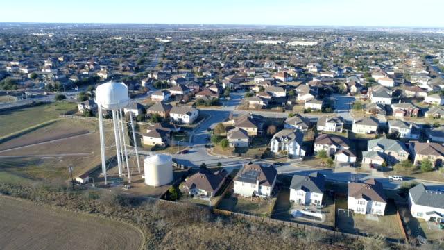 Luftbild-Drohne Vorort Nachbarschaft mit perfekten Boxen der Häuschen in perfekte Reihen mit Wasserturm