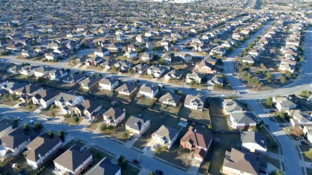 Luftbild-Drohne Vorort Nachbarschaft mit perfekten Boxen der Häuschen in perfekte Reihen in Round Rock, Texas, USA