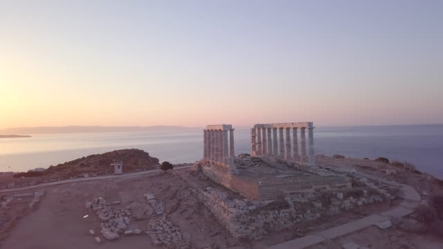 vídeos de stock, filmes e b-roll de aerial drone view of temple of poseidon, cape sounion, greece. - time-lapse - grécia