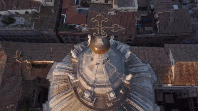 aerial drone view of the cross on top of sant agnese in agone catholic church, rome, italy. - time-lapse - rome italy stock-videos und b-roll-filmmaterial